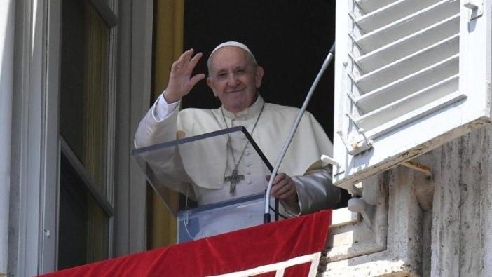 Paus menyalami orang-orang di Lapangan Santo Petrus dalam Angelus Hari Raya Maria Diangkat ke Surga, 15 Agustus 2020 (Vatican Media)