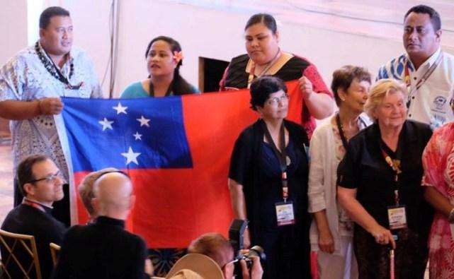 Delegasi Samoa menunjukkan bendera nasional mereka setelah pengumuman bahwa Kongres Apostolik Dunia ke-5 tentang Kerahiman  tahun 2020 akan berlangsung di negara mereka