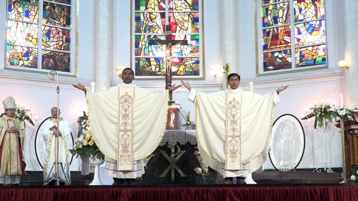 Dua imam CM yang baru ditahbiskan memberikan berkat perdana mereka (Foto dari Yakobis Vinsensian)