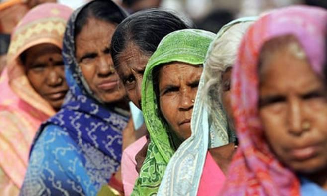 Wanita Dalit antri untuk pengobatan di Mumbai. Kredit AFP PHOTO Sajjad HUSSAIN
