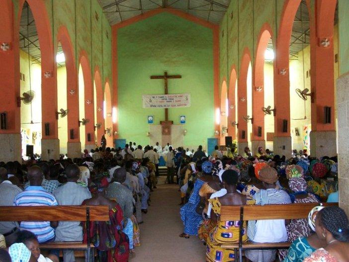 Gereja dan umat di Burkina Faso. Gereja penuh sesak dan banyak umat  duduk di bawah pohon-pohion di samping gereja (PEN@ Katolik/pcp)
