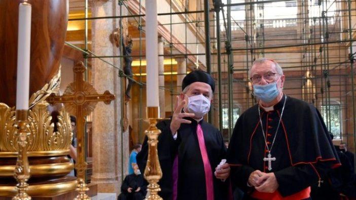 Kardinal Sekretaris Negara Pietro Parolin mengunjungi Gereja Kristen Maronit Santo Gregorius yang rusak dalam ledakan di Beirut (ANSA)