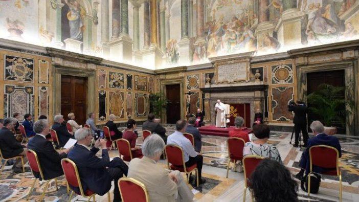 Paus Fransiskus berbicara kepada perwakilan mingguan Belgia 'Tertio' (Vatican Media)