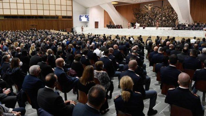 Pertemuan Paus Fransiskus dengan para pejabat Inspektorat Keamanan Publik di Vatikan pada hari Senin (Vatican Media)
