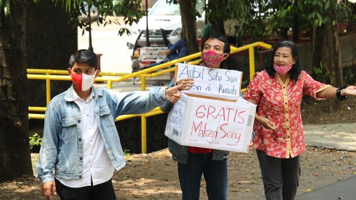 Umat lintas agama membagikan makan siang gratis depan Gereja Katolik Bongsari (PEN@ Katolik/lat)