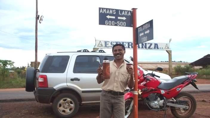 Pastor Amans Laka SVD dari Indonesia berdiri di sebuah ujung jalan yang gunakan namanya di Argentina (Ist)