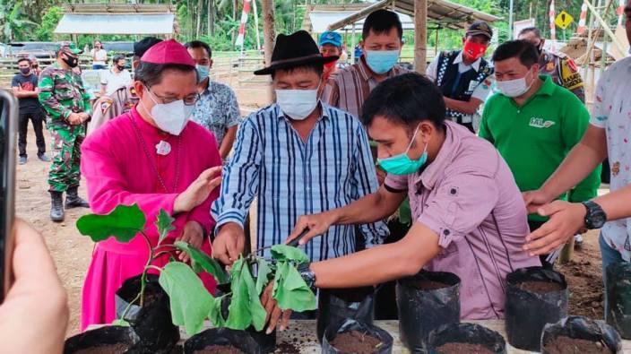 Uskup Manado dan Bupati Minahasa Tenggara dalam HPS Keuskupan Mandio 2020 (foto dari Komisi Komsos Keuskupan Manado)