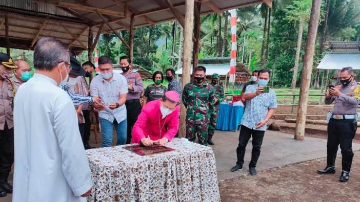 Mgr Rolly Untu MSC menandatangani prasasti lahan agrowisata untuk pelatihan dan percontohan lahan pertanian yang ramah lingkungan di lahan Paroki Ratahan (Foto Komsos Keuskupan Manado)