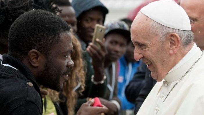 Paus bertemu para migran dalam kunjungannya ke Bologna, 1 Oktober 2017.