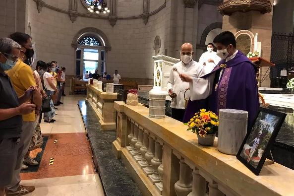 Seorang pastor memberkati guci berisi sisa-sisa kremasi di Katedral Manila 11 Oktober 2020. FOTO DARI KATEDRAL MANILA