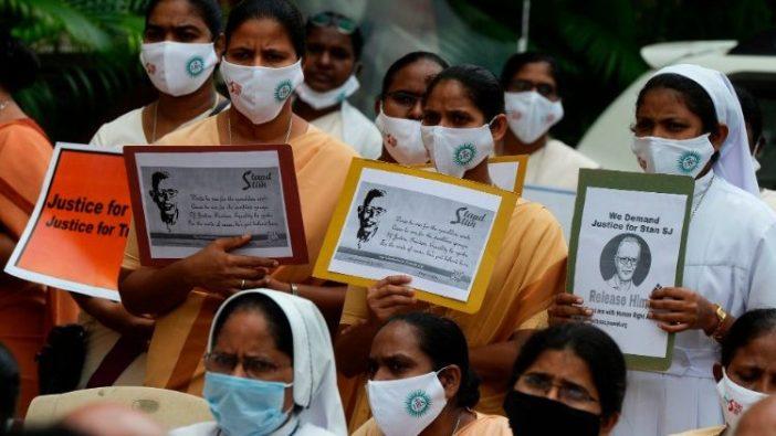 Para suster India memprotes penangkapan Pastor Stan Swamy. (AFP)