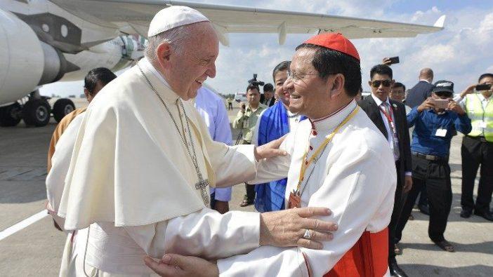 Paus Fransiskus dan Kardinal Charles Bo di Yangon, Myanmar,  November 2017