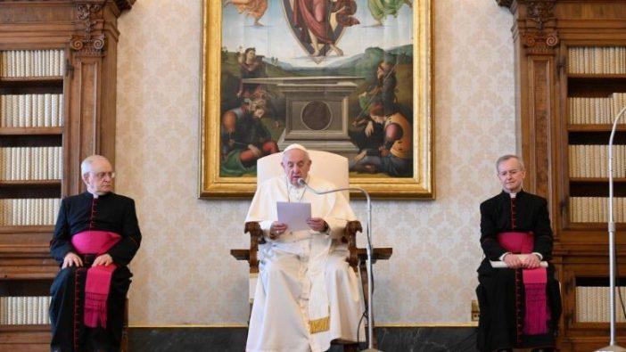 Paus Fransiskus dalam Audiensi Umum di bulan Maret yang disiarkan langsung dari Perpustakaan Istana Apostolik (Vatican Media)