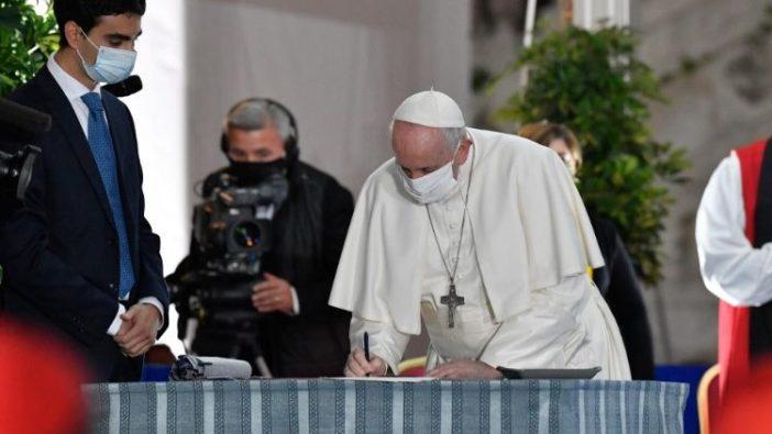 Paus Fransiskus menandatangani Seruan Perdamaian 2020 di Roma (Vatican Media)