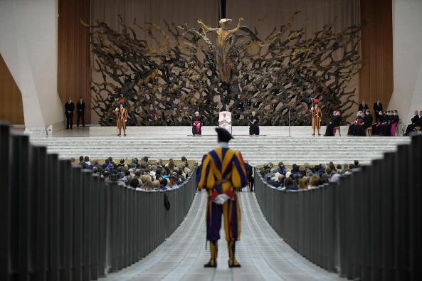 Seorang anggota Garda Swiss berdiri saat Paus Fransiskus memberikan pidato audiensi umum di Aula Paulus VI, 14 Oktober 2020. MEDIA VATIKAN