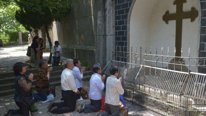 Umat Katolik berdoa di Basilika Bunda Kaita dari Sheshan di Shanghai