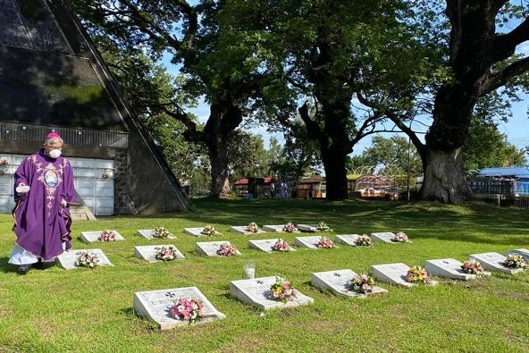Uskup Agung Florentino Lavarias dari San Fernando memberkati makam para imam dan kaum religius yang meninggal di Taman Peringatan Santa Maria di Kota Angeles, 23 Oktober 2020. FOTO DARI PAROKI ROSARIO KUDUS - PISAMBAN MARAGUL