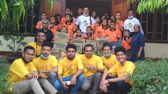 PD) unit Ledalero bergambar bersama anak-anak Panti (PEN@ Katolik/yf)