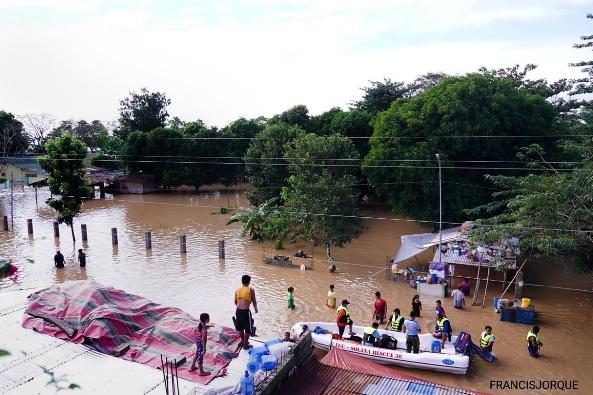 Tim penyelamat mengevakuasi penduduk lokal dengan perahu dari daerah banjir di Solana, Cagayan, 14 November 2020. FRANCIS JORQUE / CAGAYAN PIO