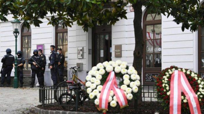 Karangan bunga  dipajang untuk menghormati para korban serangan teror di Wina, Austria (AFP)