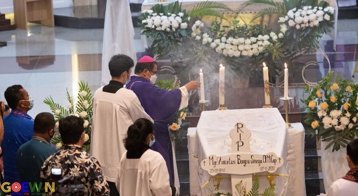 Uskup Agung Medan Mgr Kornelius Sipayung OFMCap  memberkati jenazah Mgr Anocetus Sinaga OFMCap