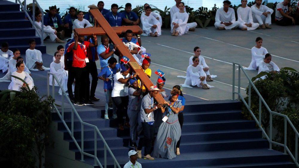 Orang muda Panama membawa salib WYD tahun 2019