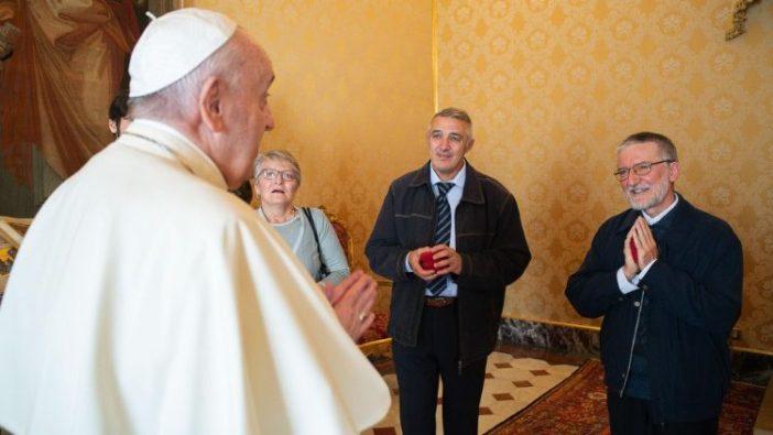Paus Fransiskus menerima Pastor Pierluigi Maccalli, misionaris di Mali yang disandera dua tahun,  9 November 2020 di Vatikan (ANSA)