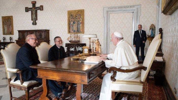 Paus Fransiskus bertemu Pastor Pierluigi Maccalli (tengah) di Vatikan, 9 November 2020.