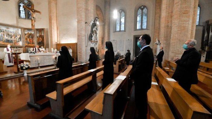 Suasana Misa Paus di Kapel Pemakaman Teutonik Vatikan