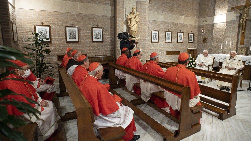 Paus dan para kardinal baru mengunjungi Benediktus XV 4
