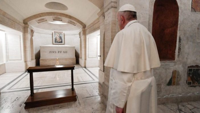 Paus Fransiskus dean makam Paus Pius XII