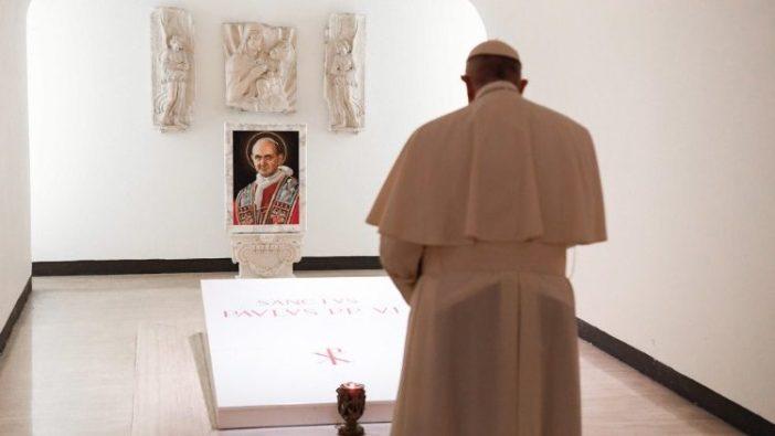 Paus Fransiskus berdoa di depan makam Santo Paulus VI