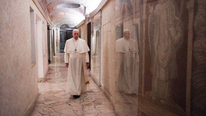 Paus Fransiskus di Grotto Vastikan