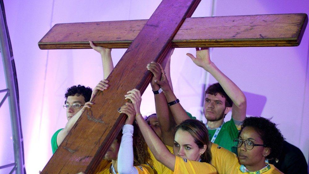 Salib WYD diangkat oleh orang muda Brazil tahun 2013