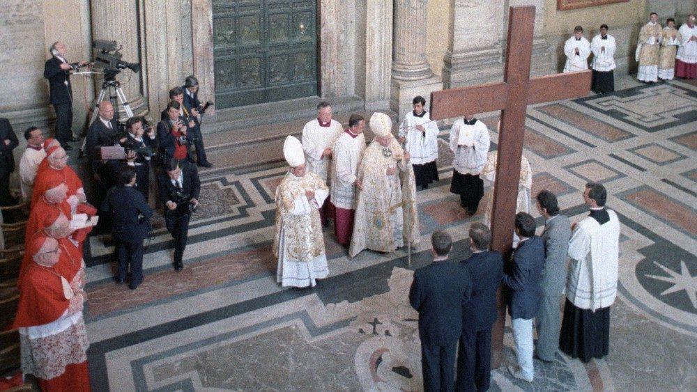 Salib diserahkan kepada Orang Muda oleh Santo Yohanes Paulus II dalam Misa Palma 22 April 1984