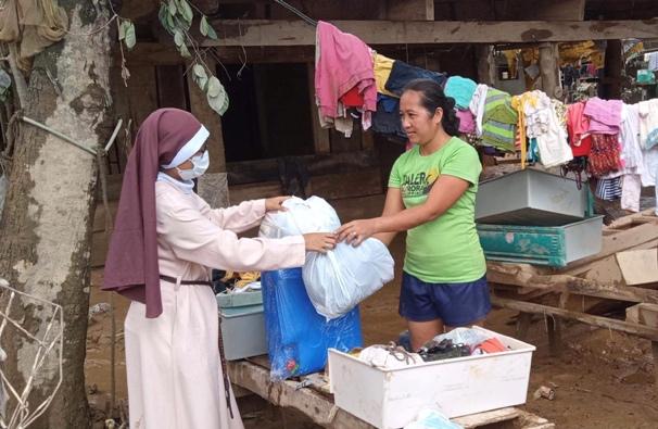 Seorang biarawati dari Pusat Aksi Sosial Keuskupan Ilagan mendistribusikan barang bantuan kepada korban banjir di Desa Alinguigan Kota Ilagan, 14 November. DSAC Ilagan