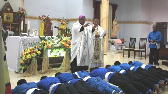 Uskup Maumere Mgr Edwaldus Martinus Sedu Pr memberkati Badan Pengurus Distrik Keuskupan Maumere yang baru di Gereja Spiritu Santo Misir Maumere (Foto Guido Alvin)