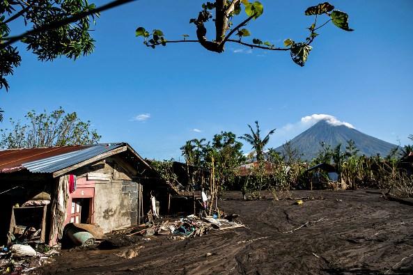 Beberapa rumah di provinsi Albay terkubur lumpur yang mengalir dari Gunung Mayon akibat hujan deras yang dibawa topan baru-baru ini, 13 November. MARK SALUDES / LICAS.NEWS