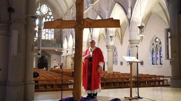 Uskup Agung Mark Coleridge dari Brisbane merayakan Misa Kudus di Katedral Santo Stephanus yang kosong karena pembatasan (ANSA)