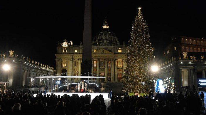 Kandang dan Pohon Natal Lapangan Santo Petrus. 1