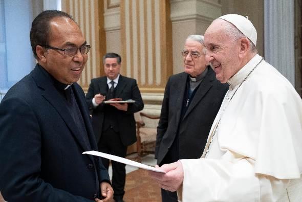 Pastor Leo Mali Pr dalam sebuah pertemuan dengan Paus Fransiskus (Ist)