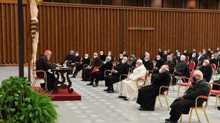 Paus Francis dan Kuria Roma mendengarkan khotbah pertama Kardinal Cantalamessa (Vatican Media)