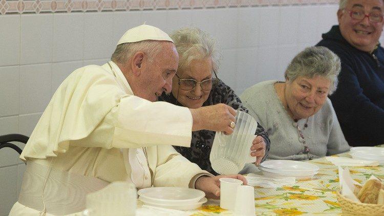 Paus Fransiskus saat makan siang bersama orang miskin tahun 2015