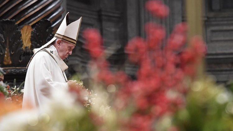 Paus Fransiskus saat merayakan Misa Malam Natal 24 Desember 2019  (Vatican Media)
