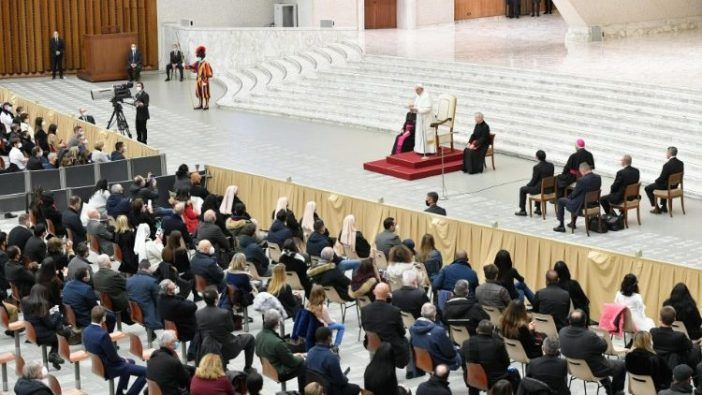 Paus berbicara kepada para karyawan Vatikan (Vatican Media)