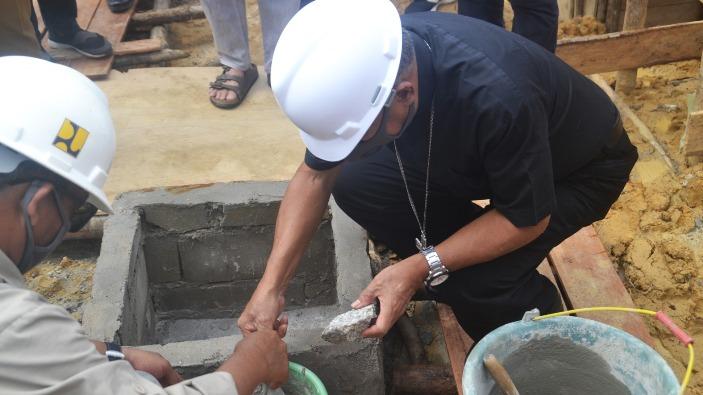 Uskup Agung Pontianak Mgr Agustinus Agus meletakkan batu pertama Pembangunan Rumah Susun Asrama Mahasiswa STKIP Pamane Talino (Humas STKIP Pamane Talino)