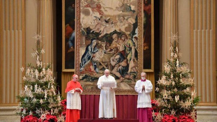 Paus Fransiskus menyampaikan Pesan Natalnya dan memberikan Berkat Urbi et Orbi dari Aula Pemberkatan di Basilika Santo Petrus. (Vatican Media)
