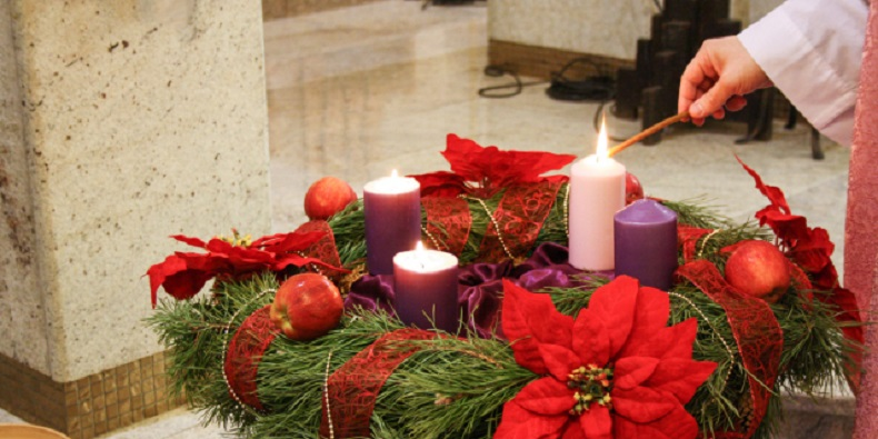 WEB3-ADVENT-WREATH-CHURCH-CHRISTMAS-CANDLES-PRIEST-GAUDATE-SUNDAY-Shutterstock