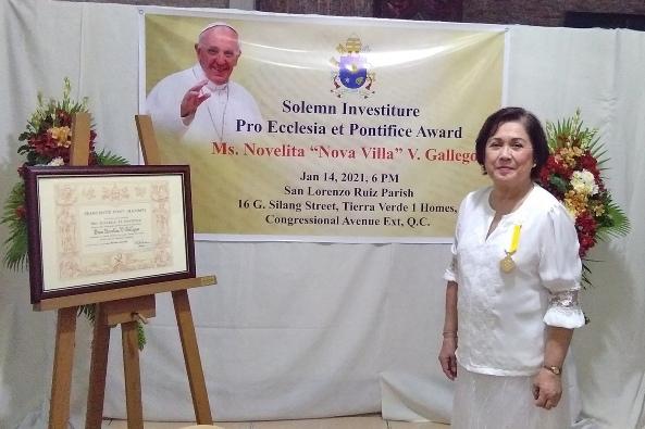 Artis Nova Villa menerima Cross Pro Ecclesia et Pontifice dari Paus Fransiskus. PHOTO COURTESY OF EGBERT DIZON