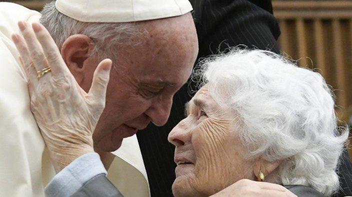 Paus Fransiskus dan seorang lansia pada audiensi pada Oktober 2016